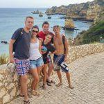 Grupa studentów nad brzegiem morza