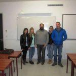Studenci z wykładowcą w sali