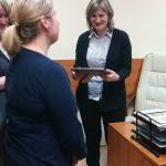 Studentki i dr Renata Smoleń w gabinecie dyrektora