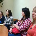 Studentki siedzą przy stole w gabinecie dyrektora Poradni