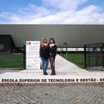 Dwie studentki stoją przed budynkiem uczelni w Beja