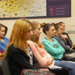 Młodzież szkolna w sali podczas wykładów