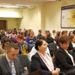 Kanclerz, wicekanclerz i uczniowie podczas wykładu prof. L. Kozioła