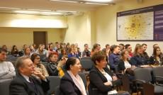 Słuchacze na sali wykładowej, w pierwszym rzęcie od lewej siedzą prof. L. Kozioł, kanclerz mgr Z. Kozioł i wicekanclerz mgr R. Mielak