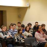 Młodzież szkolna siedzi w sali podczas prelekcji