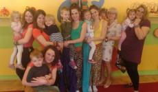 Wspólne zdjęcie studentek z dziećmi