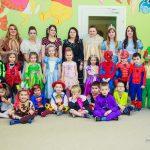 Wspólne zdjęcie przedszkolaków, opiekunów i studentek