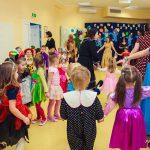 Opiekun Koła Marta Falińska w kole z dziećmi podczas zabawy