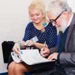 Asystent Marta Falińska i kierownik KNoW prof. Jan Paśko w trakcie podpisywania certyfikatów dla uczestników sympozjum