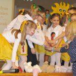 Przedszkolaki z opiekunem Martą Falińską
