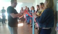 Uczestnicy warsztatów w trakcie zabawy balonami