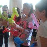 Uczestnicy z wykonanymi w trakcie zajęć ozdobami z balonów