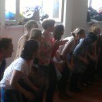 Uczestnicy w trakcie nauki kroków tanecznych