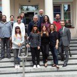 Goście Erasmusa i przedstawiciele władz Uczelni - zdjęcie grupowe na schodach przed budynkiem MWSE przy ul. Waryńskiego 14