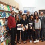 Goście Erasmusa z koordynatorem programu z ramienia MWSE mgr Radosławem Pyrkiem - zdjęcie grupowe w czytelni Biblioteki MWSE