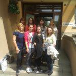 Studentki przed wejściem do budynku Zakładu Poprawczego - zdjęcie grupowe