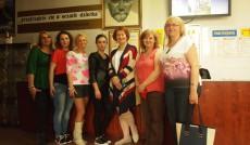 Studenci z opiekunami i dyrektor MDK w Krakowie - zdjęcie grupowe