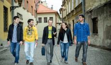 Studenci zagraniczni z koordynatorem Erasmusa na tarnowskiej ulicy