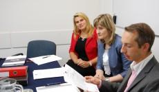Komisja prowadząca rozmowy, od lewej stoją: studentka Beata Podstawa, dziekan Renata Smoleń, mgr Radosław Pyrek