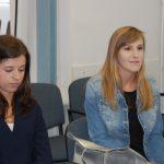 Dwie studentki w oczekiwaniu na rozmowę
