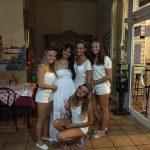 Zdjęcie grupowe 5 dziewcząt ubranych na biało na głowach wianki