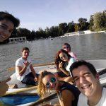 Studenci w siedzą na łódkach
