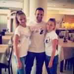 Troje studentów pozuje w restauracji hotelowej