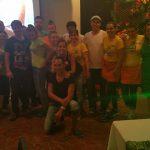 Grupa studentów i pracowników hotelu