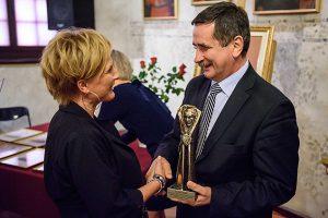 Anna Poręba odbiera nagrodę Tertila z rąk prezydenta R. Ciepieli