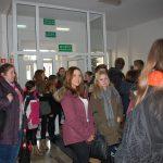 Grupa młodzieży w holu budynku