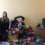 Studentka stoi w pomieszczeniu, gdzie zebrano dary