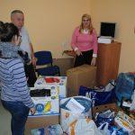 Organizatorzy zbiórki z zebranymi przedmiotami