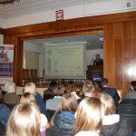Sala wykładowa, przy mównicy stoi prof. W. Błasiak