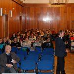 Uczestnicy dni otwartych w takcie wykladu otwartego, w pierwszym rzędzie rektor prof. M. Woźniak, pomiędzy rzędami stoi prof. J. Morbitzer