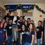 Zdjęcie grupowe studentów zagranicznych, w środku grupy ztoi mgr Radosław Pyrek