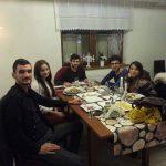 Studenci zagraniczni siedzą przy stole