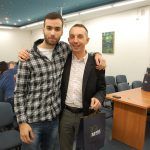 Koordynator programu Erasmus+ pozuje ze studentem