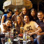 Grupa studentów przy stoliku w kawiarni