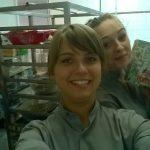 Dwie studentki w uniformach pracowniczych