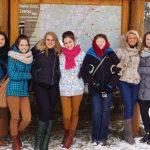 Zdjęcie grupowe na tkle tablicy z mapą Babiej Góry