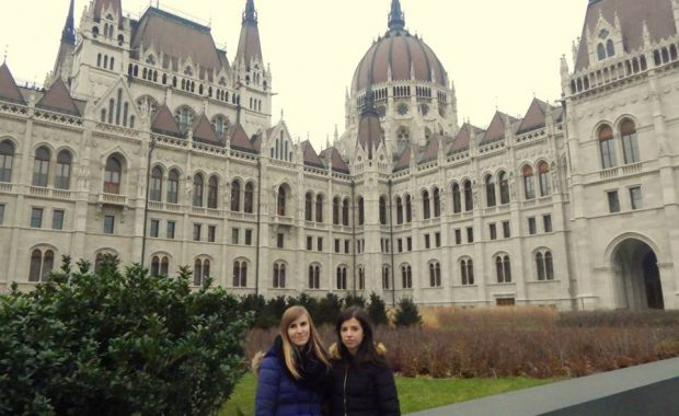 Dwie studentki MWSE podczas zwiedzania (przed zabytkowym budynkiem)
