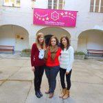 Studentki MWSE z wykładowcą stoją na dziedzińcu uczelni w Chorwacji