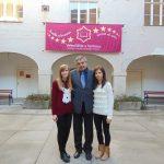 Dwie studentki MWSE z wykładowcą stoją na dziedzińcu uczelni w Chorwacji