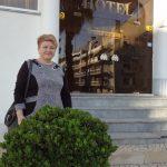 Marta Słowik przed budynkiem hotelu