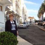 Kwestor Maria Muskała pozuje na uliczce Beja