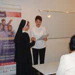 Mgr Renata Mielak wręcza świadectwa ukończenia kursu uczestniczce