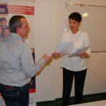 Mgr Renata Mielak wręcza świadectwa ukończenia kursu uczestnikowi