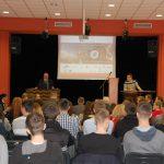 Tarnowska Liga Debatancka - uczestnicy, w głębi na scenie debatujący
