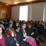 Słuchacze siedzący na sali podczas wykładu