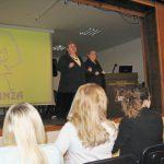Joanna Niedziałek, Barbara Ciastoń ze Stowarzyszenia Klanza stoją na scenie, obok rozwinięty ekran z prezentacją